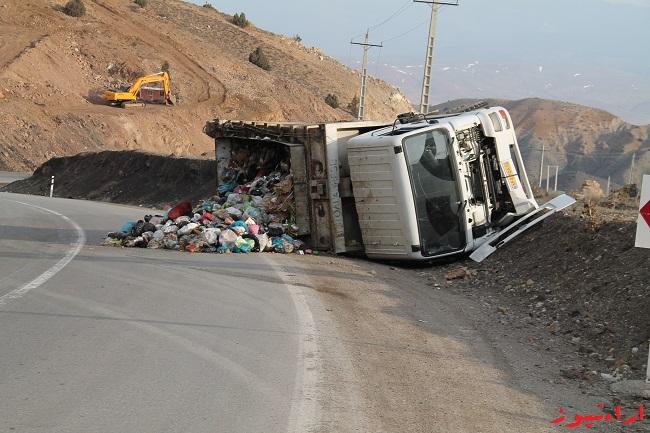 تصاویرکامیون واژگون شده حامل زباله در جاده کیاسر سمنان در آخرین روزسال ۹۳