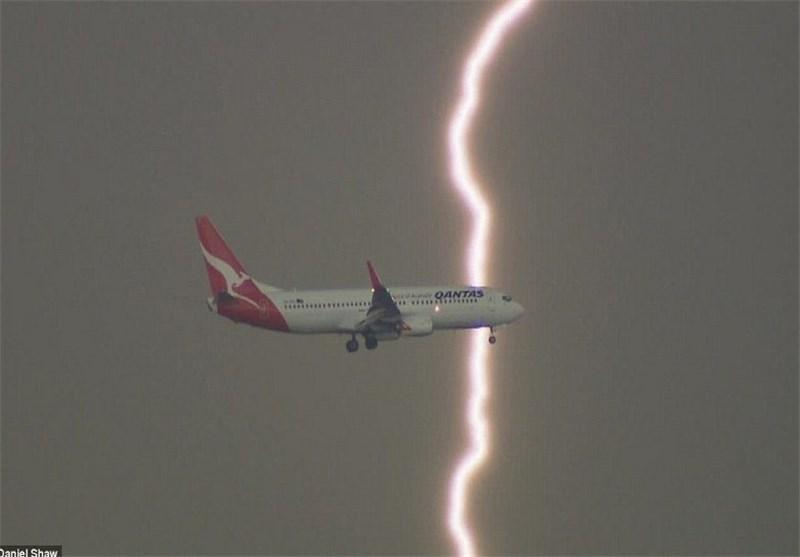صاعقههایی که از بیخ گوش هواپیمای مسافربری استرالیا گذشت + تصاویر