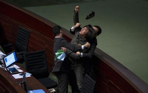 تصاویر : زد و خورد در دنیای سیاستمداران