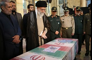 رهبر معظم انقلاب در کنار پیکر مطهر شهید محسن حججی حضور یافتند