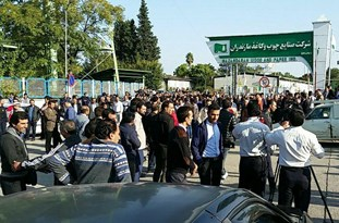 تجمع کارگران شرکتهای بهردار چوب مقابل شرکت صنایع چوب و کاغذ مازندران