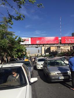 مردی خود را از پل عابر پیاده حلق آویز کرد +تصاویر