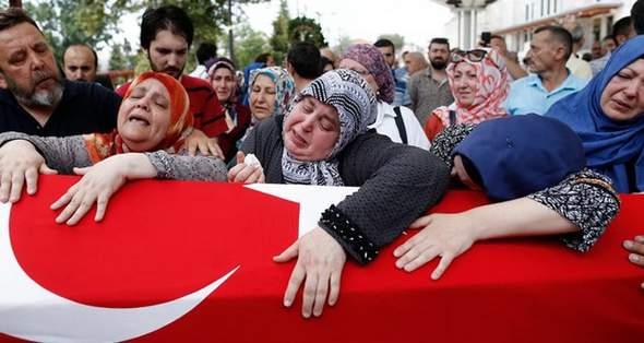 گریه اردوغان زیر تابوت قربانیان کودتا /تصاویر